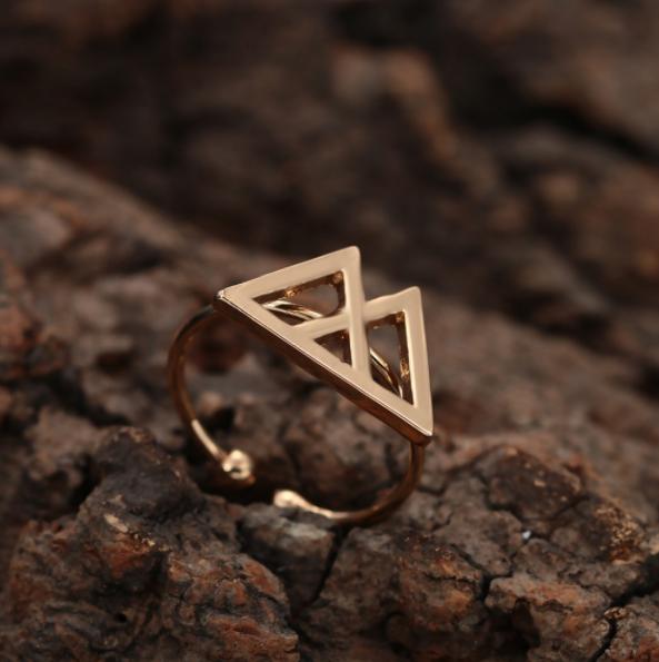 Goudkleurige verstelbare ring voor veerkracht. Symbolische ring met bergen - www.inspirerendwinkelen.nl