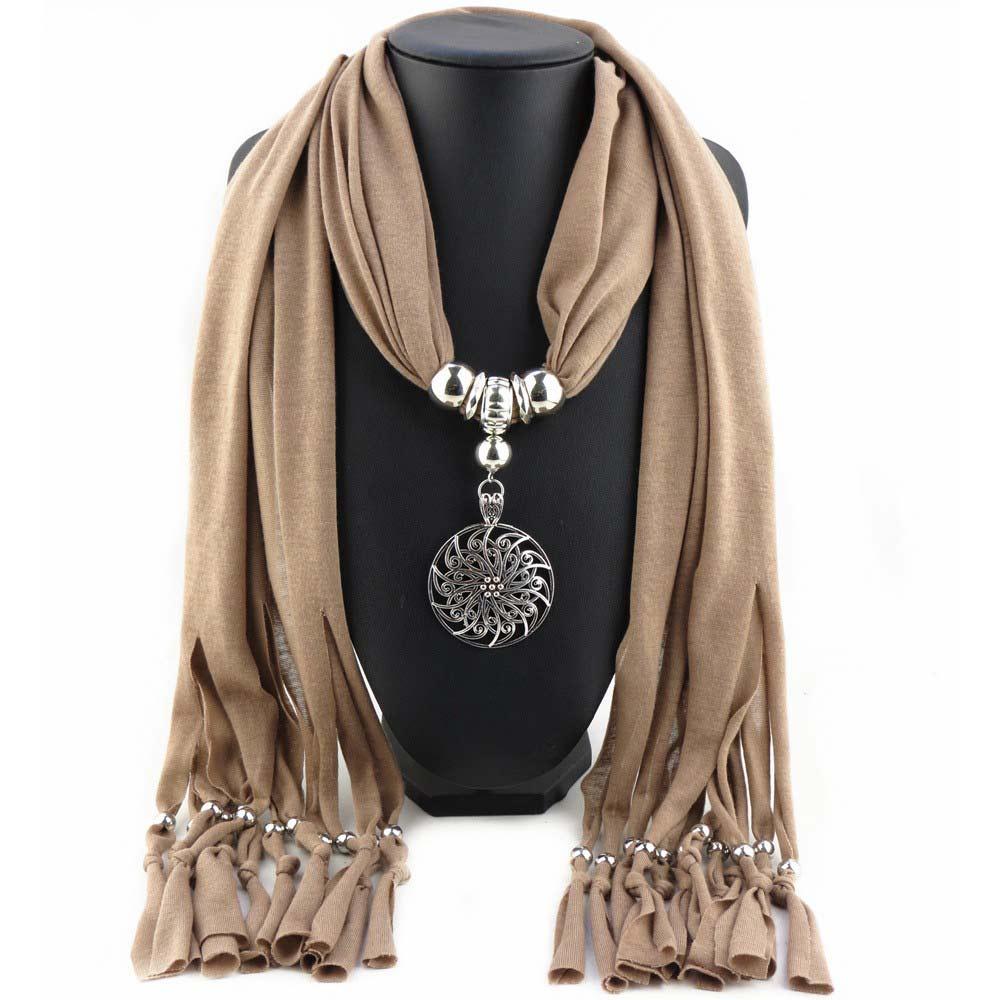 Leverkleure sjaal met mooi sieraad - Koop jouw symbolisch cadeautje op Inspirerendwinkelen.nl