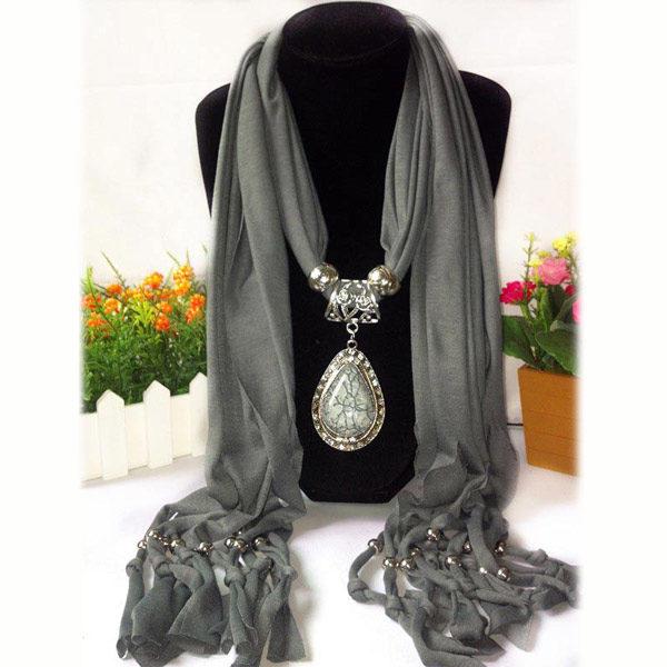Unieke grijze sjaal met mooi sieraad - Koop jouw symbolisch cadeautje op Inspirerendwinkelen.nl