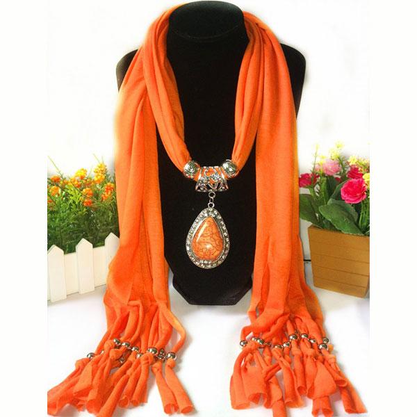 Oranje bijzondere sjaal kopen met prachtig sieraad - kijk op www.inspirerendwinkelen.nl