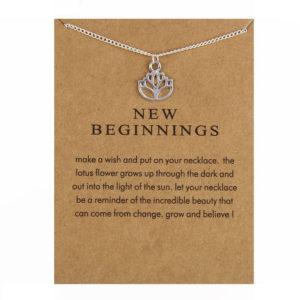 Symbolische Lotus ketting op een klein lief wenskaartje - www.inspirerendwinkelen.nl