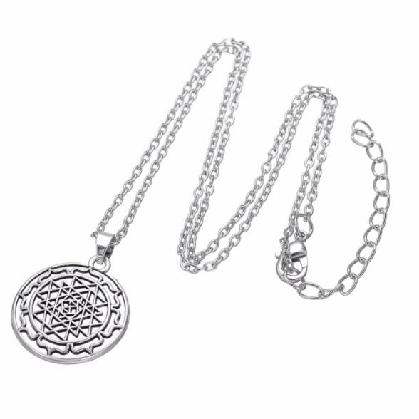 Zilveren Sri Yantra ketting als symbool voor innerlijke kracht en gezondheid.