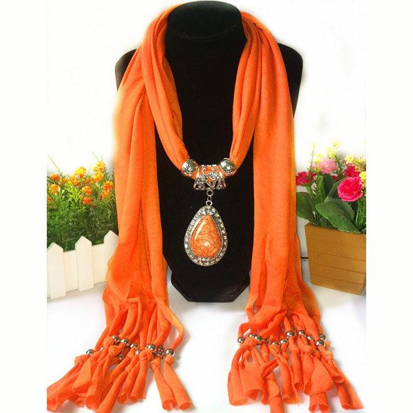 Oranje trendy sjaal kopen met prachtig sieraad - kijk op www.inspirerendwinkelen.nl