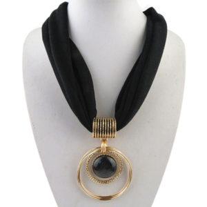 Dunne zwarte sjaal dames goedkoop met mooi sieraad - koop je sjaal op inspirerendwinkelen.nl