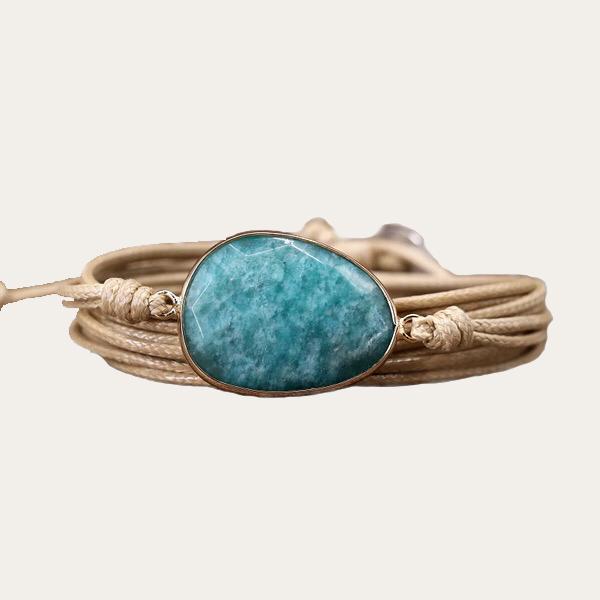 Yoga armband met Amazoniet als krachtsteen voor Harmonie en Balans. Een symbolisch cadeau voor geluk. Wikkel deze armband om je pols voor fijne energie - inspirerendwinkelen.nl