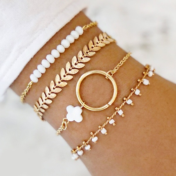 Trendy wit goud gekleurde damesarmband met speciale betekenis voor succes en geluk